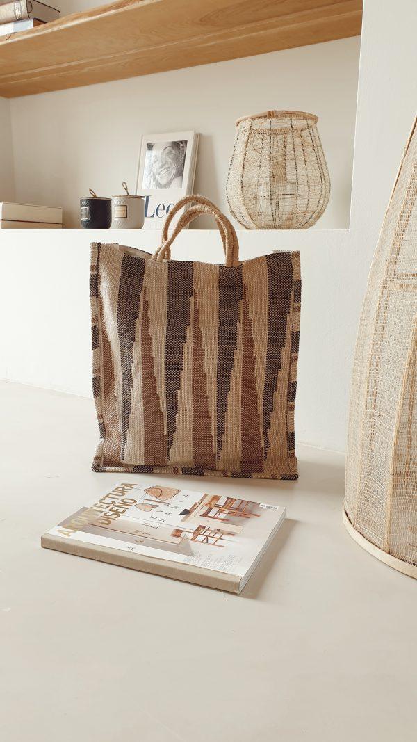 bolso de yute marrón y arena