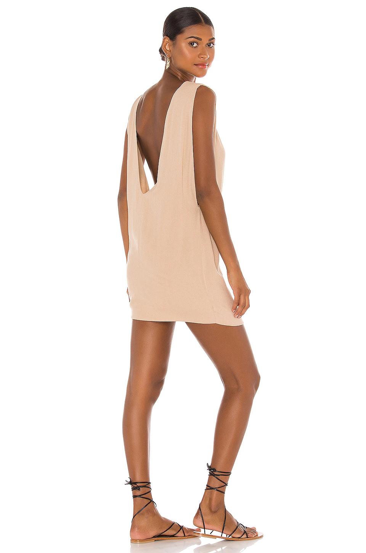 vestido pella corto color nude