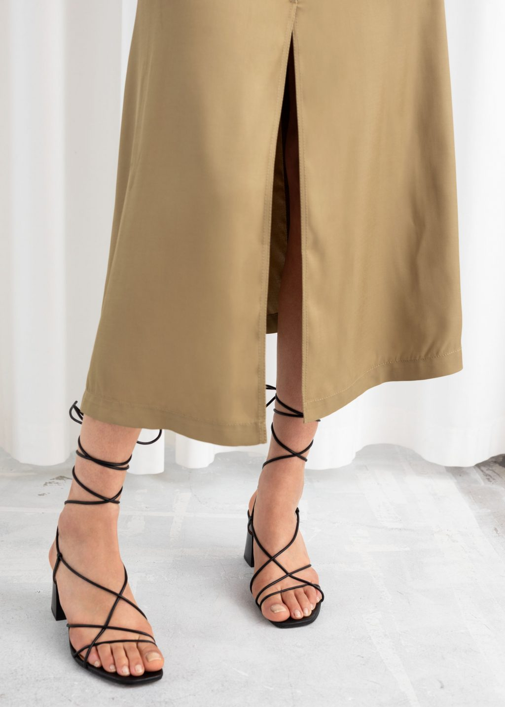 Sandalias de tacón con cordones y tiras de cuero