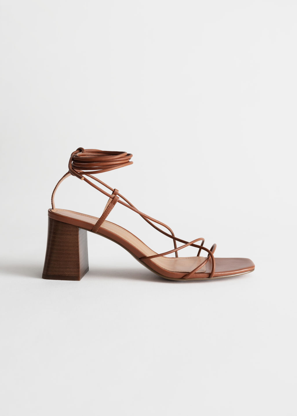 Sandalias marrones de tacón con cordones y tiras de cuero