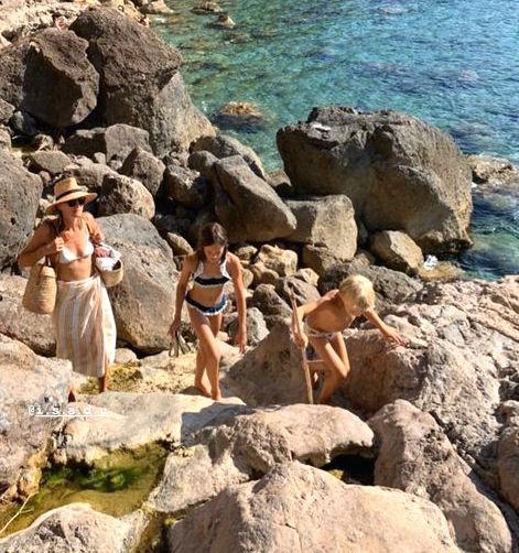 básicos para un día de vacaciones en una bonita playa